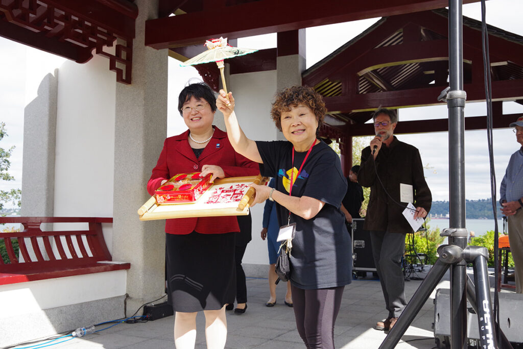 Ms. He Jingyan Chairman of the CPPCC Fuzhou Committee – Head of Fuzhou Delegation - left, Theresa Pan Hosley, CRPF President - right